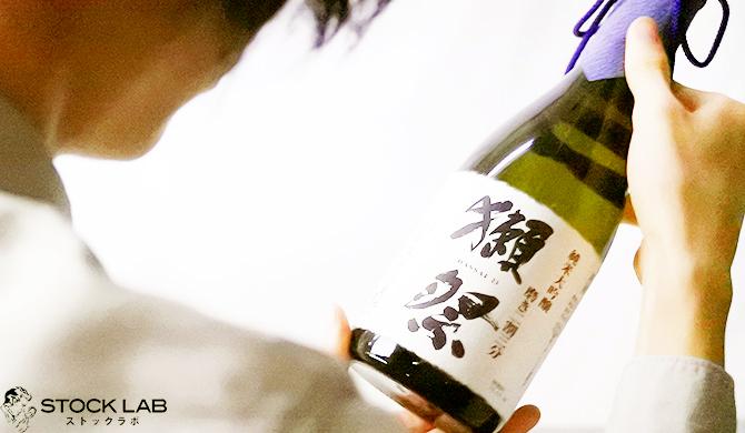日本酒を査定する鑑定士
