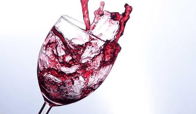 グラスから飛び出るワイン