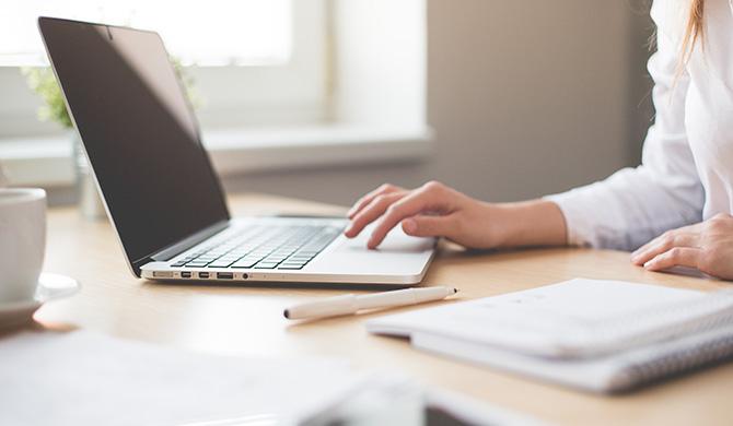 インターネットをする女性の手とパソコン