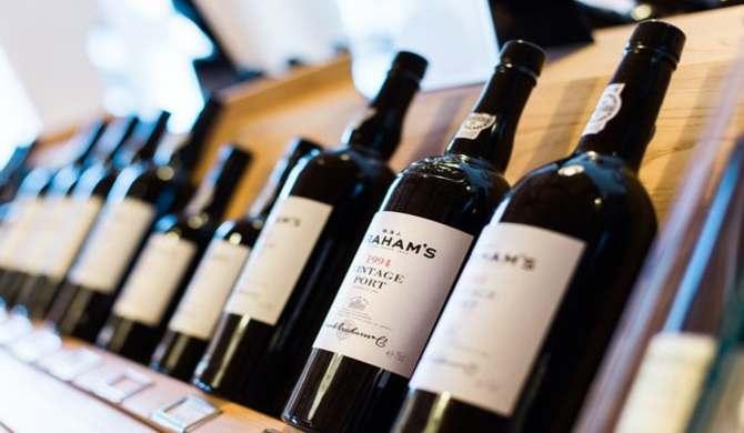並ぶワインボトル