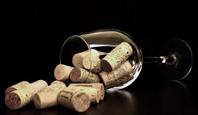 ワイングラスとコルク